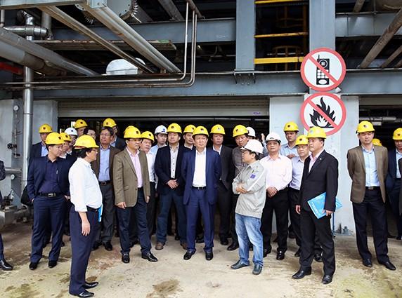 Phó Thủ tướng Vương Đình Huệ trong 1 lần thị sát, xử lý khó khăn yếu kém của Công ty cổ phần nhiên liệu sinh học miền Trung tại Quảng Ngãi.