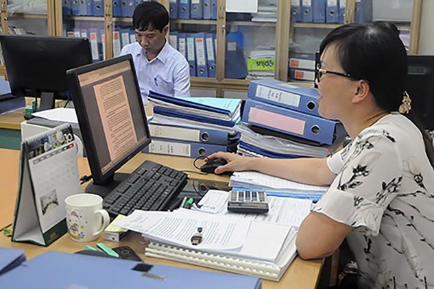 Cán bộ thuế của Cục Thuế Bắc Ninh kiểm tra hồ sơ thuế.