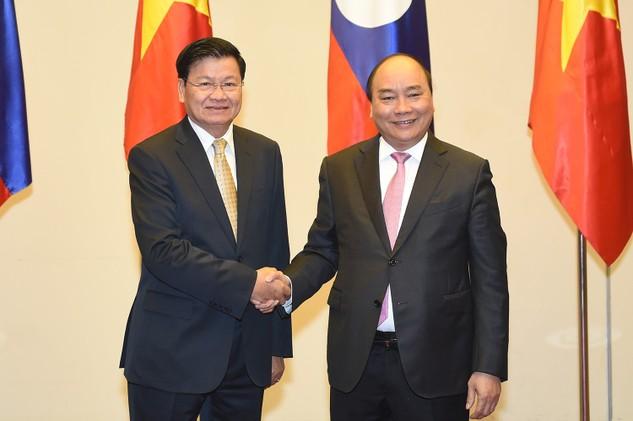 Thủ tướng Nguyễn Xuân Phúc và Thủ tướng Lào Thongloun Sisoulith. Ảnh: VGP