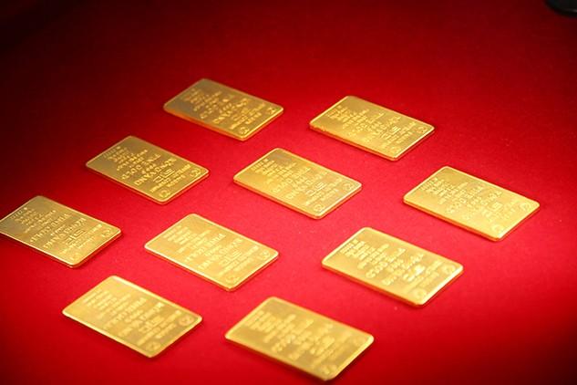 """Danh mục đã được bổ sung thêm mặt hàng vàng nguyên liệu, với hoạt động thương mại độc quyền tương ứng là """"xuất khẩu và nhập khẩu để sản xuất vàng miếng"""". Ảnh: Tường Lâm"""