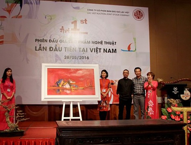 Bà Hạnh chủ trì phiên đấu giá các tác phẩm nghệ thuật lần đầu tiên tại Việt Nam vào ngày 28/5/2016.