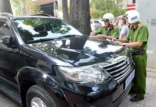 Xe biển xanh trên vỉa hè đường Võ Văn Tần bị lập biên bản. Ảnh: Duy Trần.