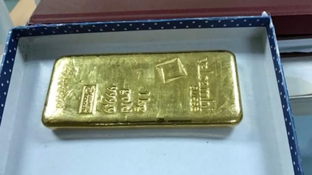 Thỏi vàng nặng gần 1kg bị cơ quan chức năng tịch thu - Ảnh N.H