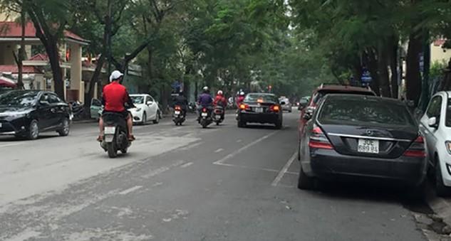 Do đỗ xe dọc nên đường rộng thêm khoảng 1m.