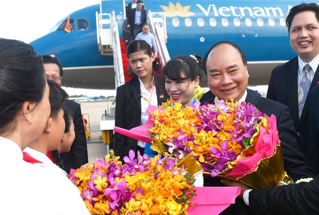 Thủ tướng Nguyễn Xuân Phúc và Phu nhân cùng đoàn đại biểu cấp cao Việt Nam tới sân bay quốc tế Po Chen Tong, thủ đô Phnom Penh. Ảnh: VGP