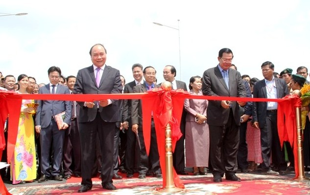 Thủ tướng Chính phủ Nguyễn Xuân Phúc và Thủ tướng Chính phủ Vương quốc Campuchia Samdech Techo Hun Sen cắt băng khánh thành Cầu Long Bình-Chrey Thom. Ảnh: Nhân Dân