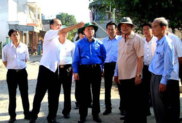 Bộ Trưởng Bộ Tài nguyên và Môi trường Trần Hồng Hà thị sát tại hiện trường vụ sạt lở. Ảnh: TTXVN