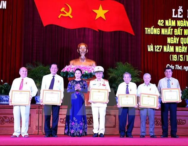 Chủ tịch Quốc hội Nguyễn Thị Kim Ngân trao Huy hiệu 50 năm tuổi Đảng cho các Đảng viên của Thành phố Cần Thơ. Ảnh: TTXVN