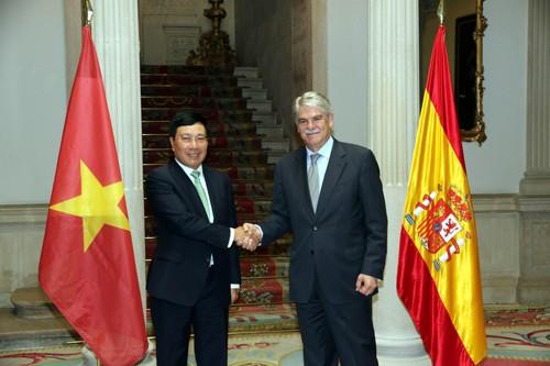 Phó Thủ tướng, Bộ trưởng Bộ Ngoại giao Phạm Bình Minh và Bộ trưởng Bộ Ngoại giao và Hợp tác Tây Ban Nha Alfonso Dastis. Ảnh: BNG