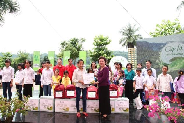 Bà Nguyễn Thị Nga – Chủ tịch SeABank trao học bổng Ươm mầm ước mơ cho các em học sinh nghèo tại Lào Cai