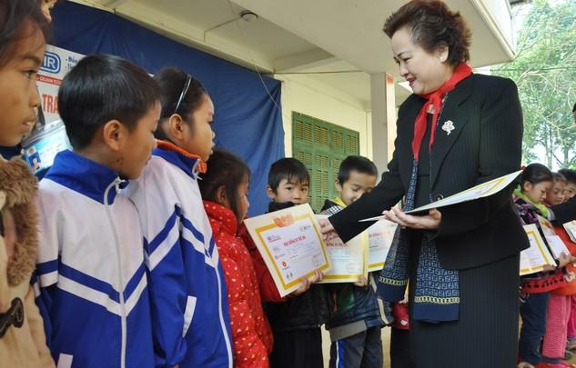 Bà Nguyễn Thị Nga – Chủ tịch SeABank trao học bổng cho các em học sinh nghèo xã Ân Nghĩa, huyện Lạc Sơn, Hòa Bình.