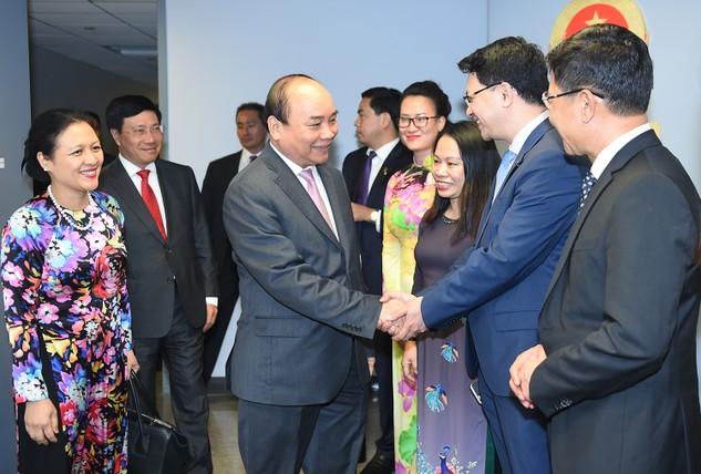 Cán bộ, nhân viên Phái đoàn Thường trực Việt Nam tại Liên Hợp Quốc chào đón Thủ tướng và Đoàn cấp cao Việt Nam. Ảnh: VGP