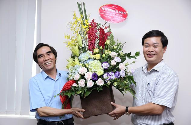 Thứ trưởng Bộ KH&ĐT Nguyễn Văn Trung tặng hoa chúc mừng Báo Đấu thầu nhân Kỷ niệm 92 năm  ngày Báo chí Cách mạng Việt Nam. Ảnh: Lê Tiên