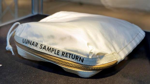 Chiếc túi chứa bụi và đất trên mặt trăng do phi hành gia Neil Armstrong sử dụng. Ảnh: AP.