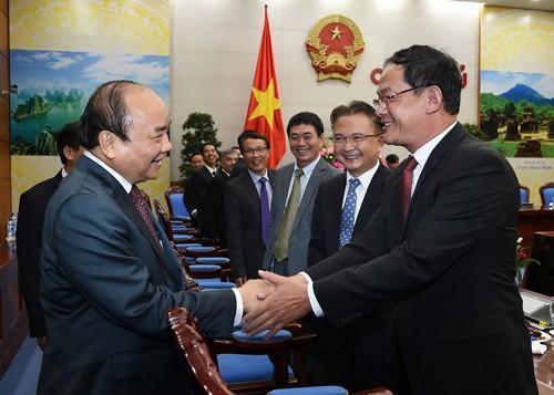Thủ tướng chúc mừng các đồng chí được Đảng, Nhà nước giao nhiệm vụ làm Trưởng cơ quan đại diện của Việt Nam ở nước ngoài. Ảnh: VGP