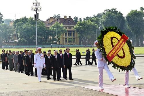Đoàn đại biểu lãnh đạo Đảng, Nhà nước vào lăng viếng Chủ tịch Hồ Chí Minh. Ảnh: VGP