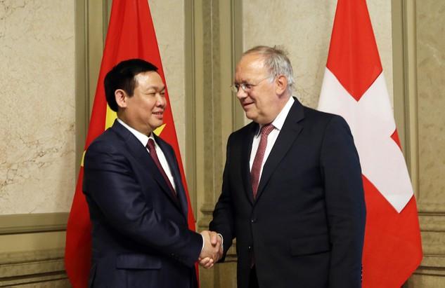 Phó Thủ tướng Vương Đình Huệ và Bộ trưởng Kinh tế, Đào tạo và Nghiên cứu Thụy Sĩ,Johann Schneider-Amman. Ảnh: VGP/Thành Chung