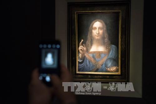 """Kiệt tác """"Salvator Mundi"""" của danh họa Leonardo da Vinci được trưng bày tại buổi đấu giá ở New York, Mỹ ngày 15/11. Ảnh: Getty Images/TTXVN"""