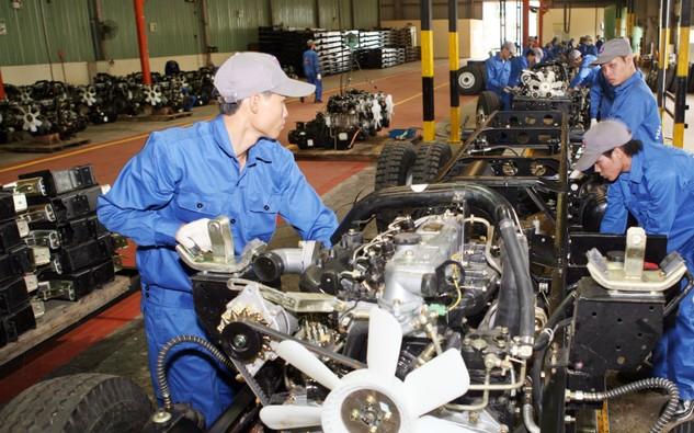 Trong tháng 1/2018, số DN đăng ký tập trung chủ yếu ở những ngành nghề như: Bán buôn; bán lẻ; sửa chữa, ô tô, xe máy với 3.805 DN, chiếm 35,1%. Ảnh: Tường Lâm