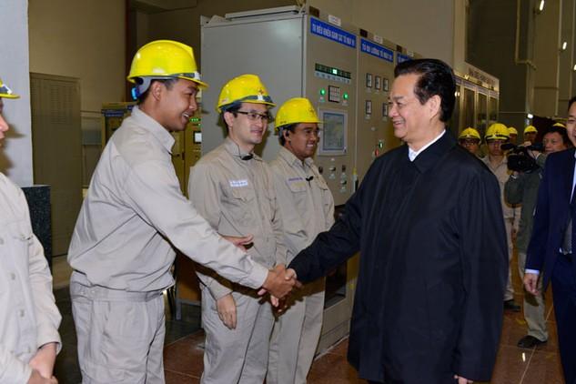 Thủ tướng Nguyễn Tấn Dũng tham quan phòng điều hành Thủy điện Lai Châu. Ảnh: Hải Bình
