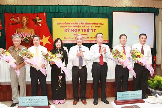 Bí thư Tỉnh ủy Nguyễn Phú Cường và Chủ tịch UBND tỉnh Đồng Nai Đinh Quốc Thái chúc mừng các đồng chí vừa trúng cử. Ảnh: Báo Đồng Nai