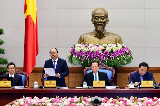 Phó Thủ tướng Nguyễn Xuân Phúc giới thiệu tóm tắt Dự thảo Nghị quyết của Chính phủ về những nhiệm vụ, giải pháp chủ yếu chỉ đạo, điều hành thực hiện Kế hoạch phát triển KT-XH và dự toán ngân sách nhà nước năm 2016 - Ảnh: VGP/Nhật Bắc