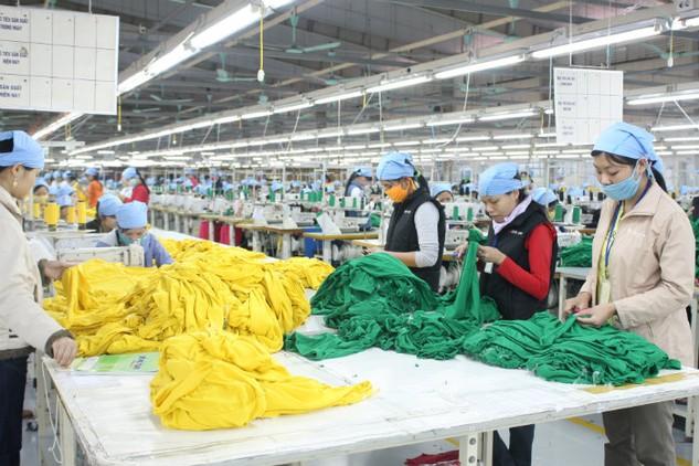 Năng suất lao động thấp đang kéo lùi sức cạnh tranh của nền kinh tế Việt Nam. Ảnh: LTT