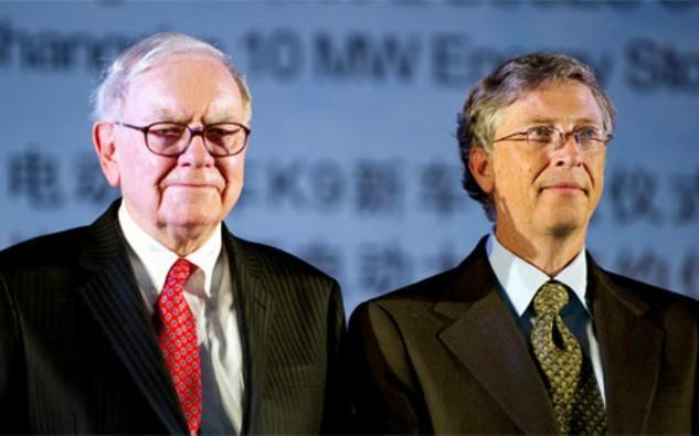 Warren Buffett (trái) và Bill Gates (phải), hai tỷ phú cùng hao hụt tài sản trong năm 2015.