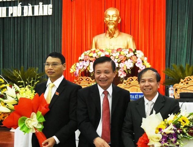Chủ tịch HĐND TP. Đà Nẵng Trần Thọ tặng hoa cho ông Hồ Kỳ Minh, tân Phó Chủ tịch UBND TP  Đà Nẵng (bên trái) và ông Võ Duy Khương (bên phải). Ảnh: VGP/Minh Trang.