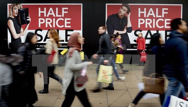 Các cửa hàng ở London giảm giá mạnh nhằm thu hút khách hàng tới mua sắm trong Ngày tặng quà. (Nguồn: AFP/TTXVN)