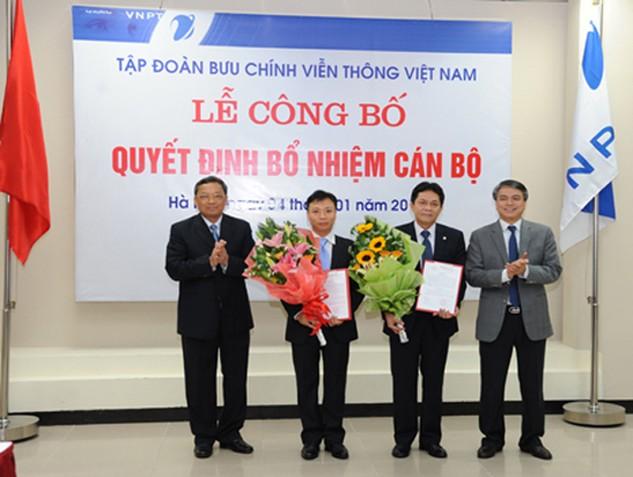 Ông Đặng Anh Sơn (đứng thứ hai từ phải sang)  nhận quyết định bổ nhiệm vào vị trí phụ trách chức vụ Giám đốc VNPT Hà Nội. (Ảnh VNPT Hà Nội cung cấp)