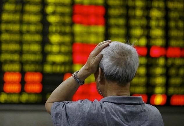 Nhiều nhà đầu tư cá nhân tại Trung Quốc đang mất lòng tin trầm trọng vào thị trường chứng khoán nước này sau đợt bán tháo tại sàn Thượng Hải hôm 4.1 - Ảnh: Reuters