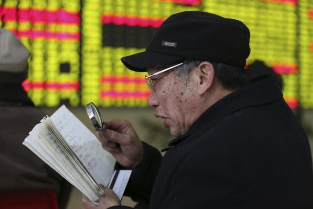 Chứng khoán Trung Quốc bị xem là phát triển quá nóng, khiến nhiều nhà đầu tư nhỏ bị mất tiền - Ảnh: Reuters