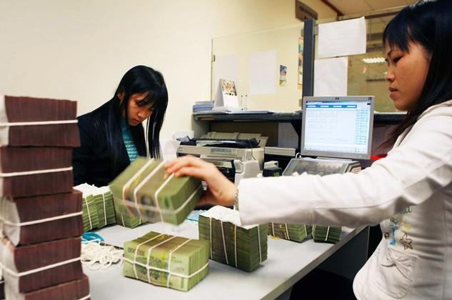 Nếu ngân hàng tiếp tục hạ lãi suất, tiền từ cư dân có thể chuyển sang kênh đầu tư khác. Ảnh: Tiên Giang