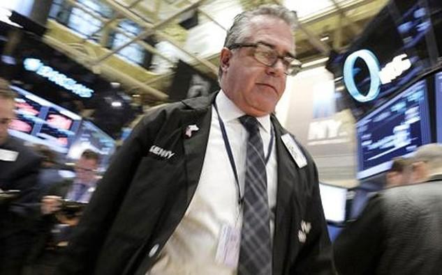 Một nhà giao dịch chứng khoán trên sàn NYSE ở New York - Ảnh: CNBC/Reuters.