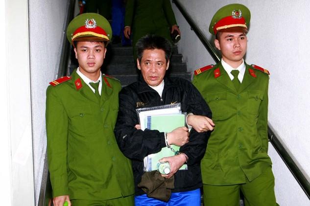 Cảnh sát dẫn giải bị cáo Phạm Thanh Tân (nguyên tổng giám đốc Agribank) về trại giam - Ảnh: TTXVN