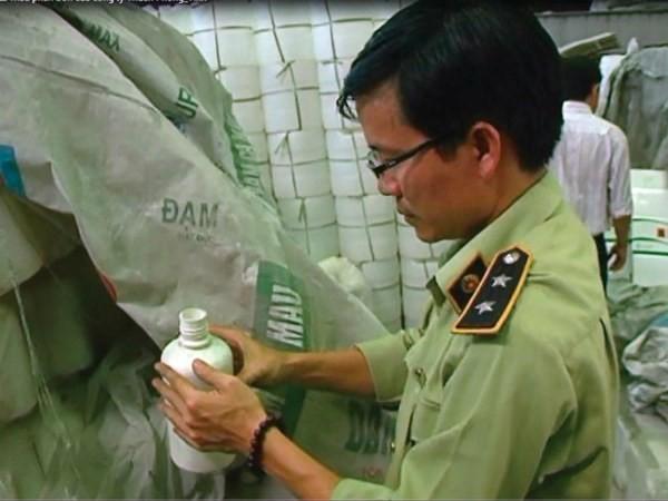 Cơ quan chức năng đang tiến hành kiểm tra kho hàng của Thuận Phong vào tháng 4/2015.