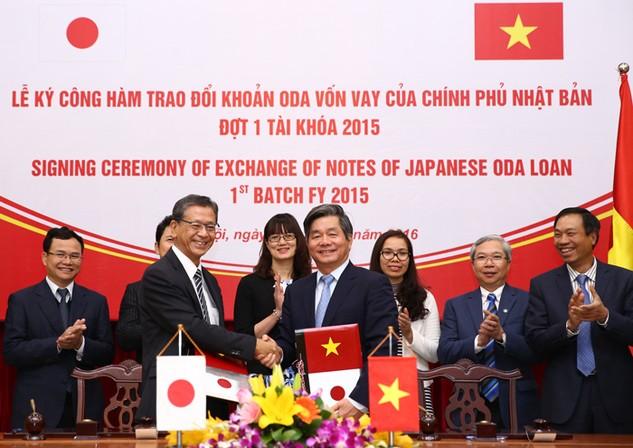 Bộ trưởng Bùi Quang Vinh và Đại sứ Nhật Bản Hiroshi Fukada trao Công hàm về việc cung cấp khoản vay ODA trị giá 95 tỷ Yên. Ảnh: Lê Tiên