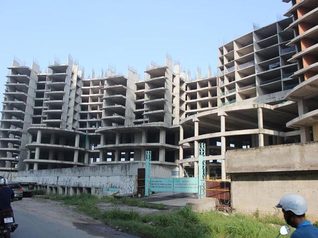 Dự án Kenton Residences (quận 7, TP.HCM ) đã phải dừng thi công từ năm 2008 vì thiếu vốn. Ảnh: G.H