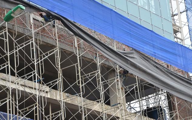 UBND quận Ba Đình đang áp dụng biện pháp cưỡng chế phần vi phạm xây dựng tại tòa nhà 8B Lê Trực.