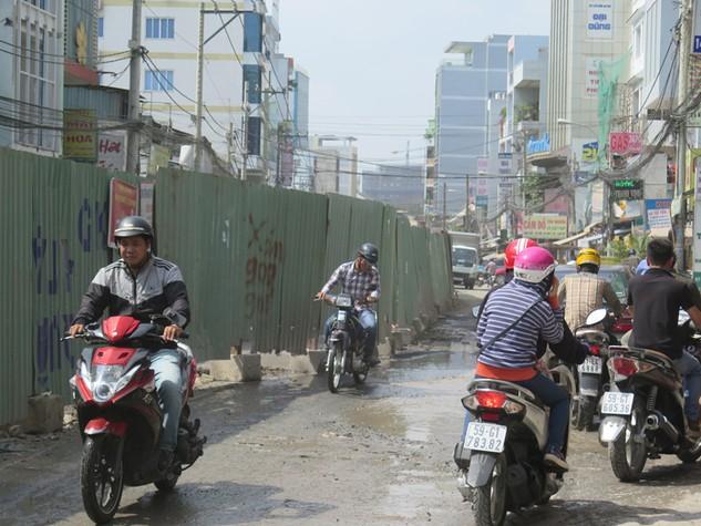Tại đường Bạch Đằng quận Tân Bình, gần 3 năm nay, người dân đã chịu cảnh sống chung với bụi bẩn, nước bẩn. Ảnh: Lê Tiên