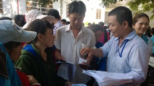 Cán bộ LĐLĐ huyện Hóc Môn hướng dẫn công nhân làm thủ tục đưa vụ việc ra tòa