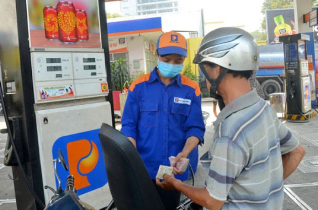 Cơ chế điều hành giá xăng dầu theo ngày được chuyên gia hoan nghênh nhưng người dân và doanh nghiệp chưa quen.  Ảnh: Tấn Thạnh