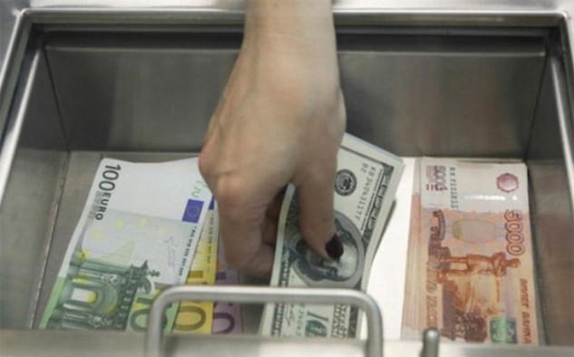 Từ đầu năm đến nay, đồng Rúp mất giá 9%, mạnh hơn đồng tiền của bất kỳ nền kinh tế mới nổi nào khác.