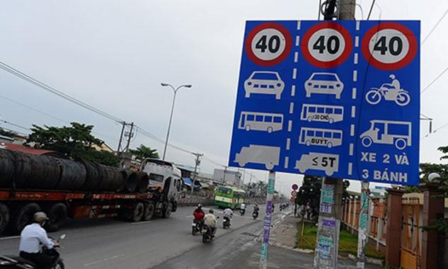"""Toàn bộ biển báo hạn chế tốc độ vô lí sẽ được tháo bỏ xong trước ngày 1/3/2016 theo """"lệnh"""" của Bộ trưởng Đinh La Thăng (ảnh: VOVGiaothong)"""