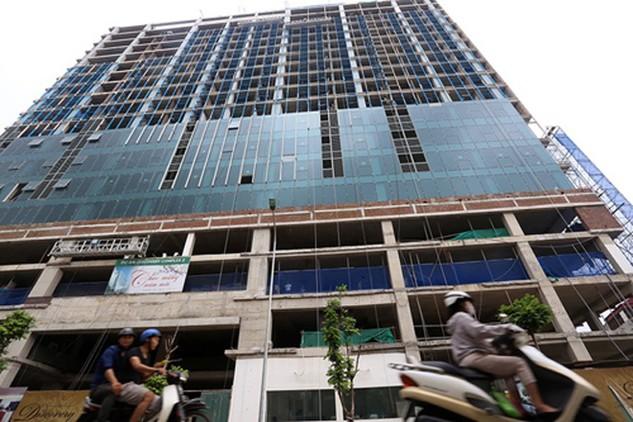 Thành phố Hà Nội lại cho phép chủ đầu tư nhà 8B Lê Trực tự phá dỡ phần sai phạm. Ảnh: Bá Đô.