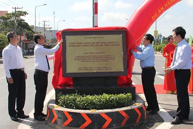 Thứ trưởng Bộ GTVT Lê Đình Thọ (thứ hai từ trái) cùng lãnh đạo địa phương thực hiện nghi thức gắn biển hoàn thành công trình