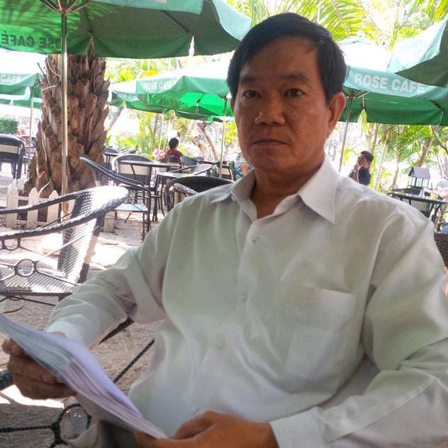 Ông Nguyễn Văn Nghĩa trao đổi về việc khiếu nại - Ảnh: Ái Nhân