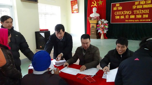 Ông Đỗ Xuân Khánh, Tổng biên tập Báo Đấu thầu trực tiếp trao quà Tết cho các hộ nghèo huyện Tam Đường, tỉnh Lai Châu. Ảnh: Hoài Nam