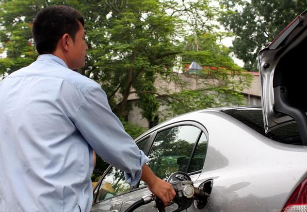 Giá xăng dầu giảm mạnh trang tháng 1 góp phần giảm CPI chung khoảng 0,27%. Ảnh: Nhã Chi
